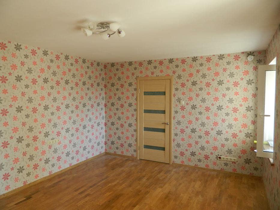 Поклейка обоев в комнате от 18 кв